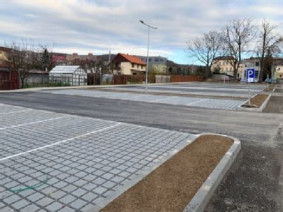 Nemocnice Šternberk má nový vjezd pro veřejnost a 50 parkovacích míst pro své pacienty a jejich návštěvy
